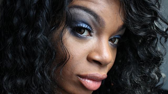 atraktivní žena nalíčená