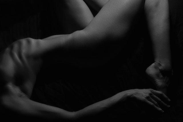 Silueta tela nahej ženy