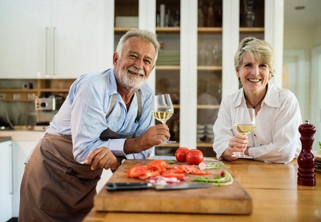 Starší manželský pár popíjajúci víno