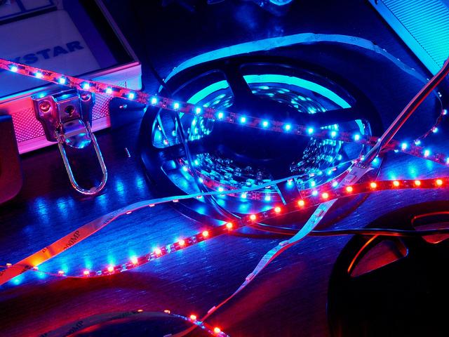 LED, led pásiky na stole, farebné.jpg