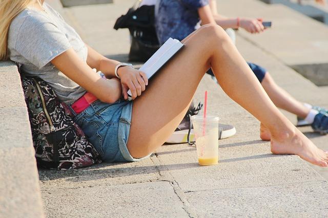 čítajúca žena.jpg