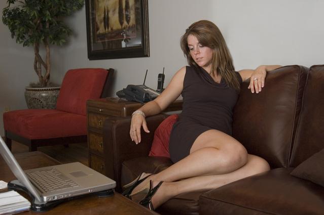 Žena sedí na gauči, notebook.jpg