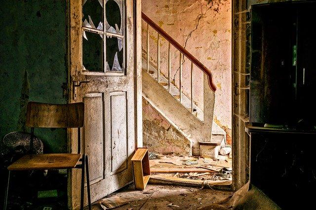 Fotka starého domu so starým zábradlím.jpg