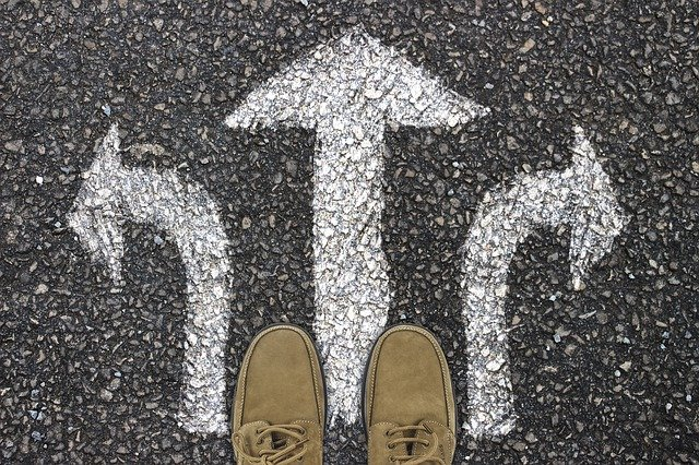 nohy a biele šípky na chodníku.jpg