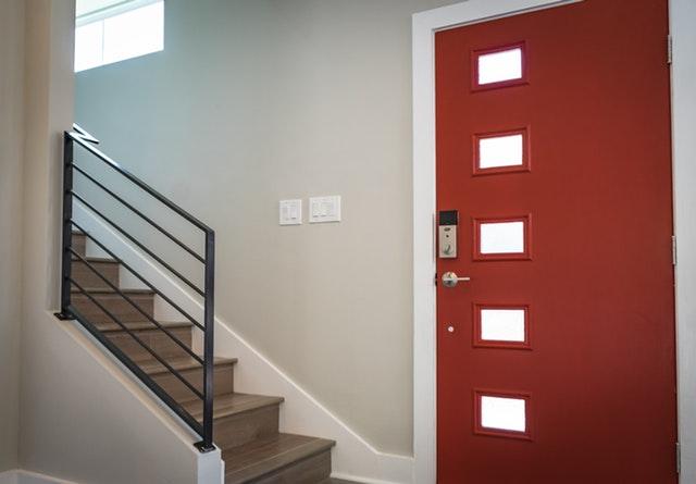 Schody, zábradlie, červené dvere