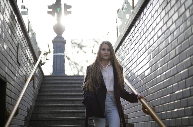 Mladá žena na schodoch, zábradlie