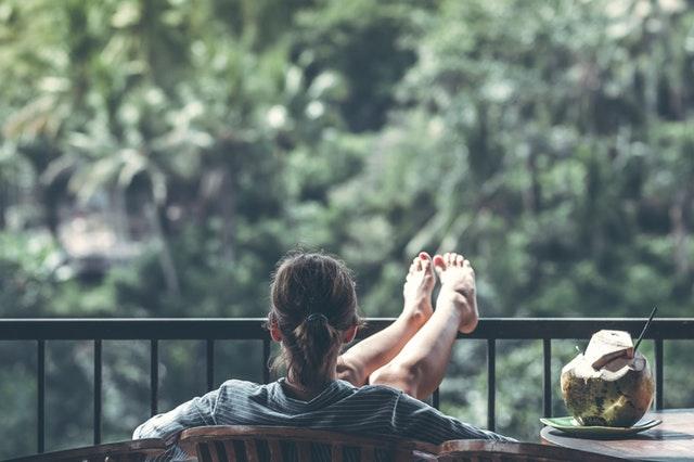 Žena na balkóne, relax