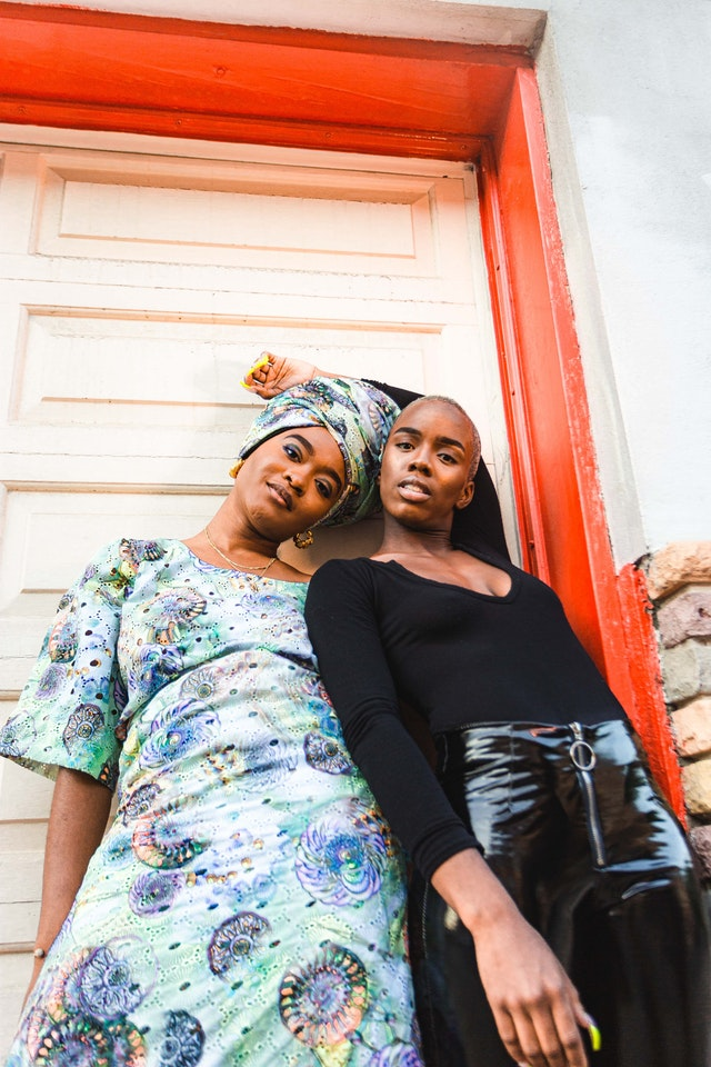 dvě ženy stojící vedle sebe