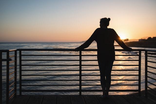 žena pri oceáne
